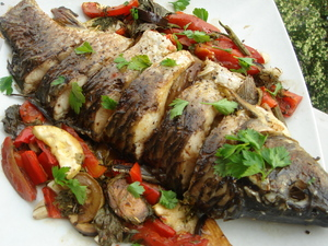Запеченная рыба с овощами.